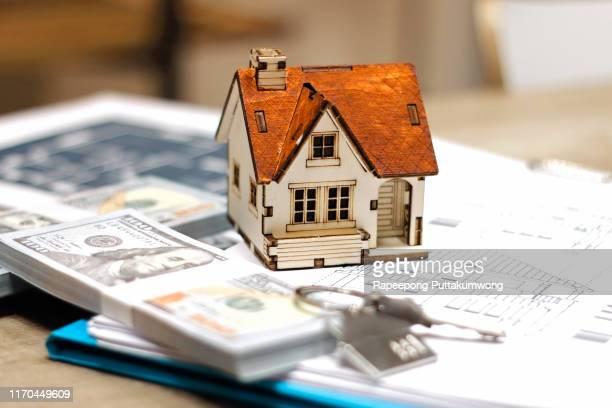 real estate broker agent house model, money and keys - agência imobiliária - fotografias e filmes do acervo