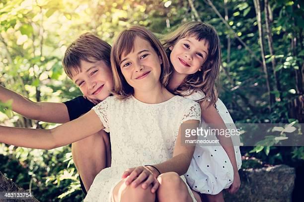 """real famiglia di tre bambini in posa insieme in estate natura. - """"martine doucet"""" or martinedoucet foto e immagini stock"""