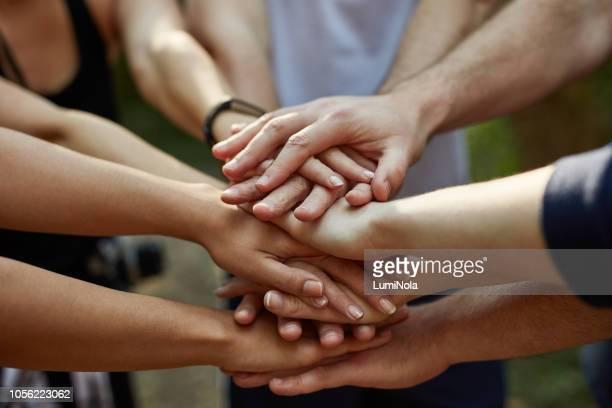 verdaderos amigos se pegan - manos en el aire fotografías e imágenes de stock