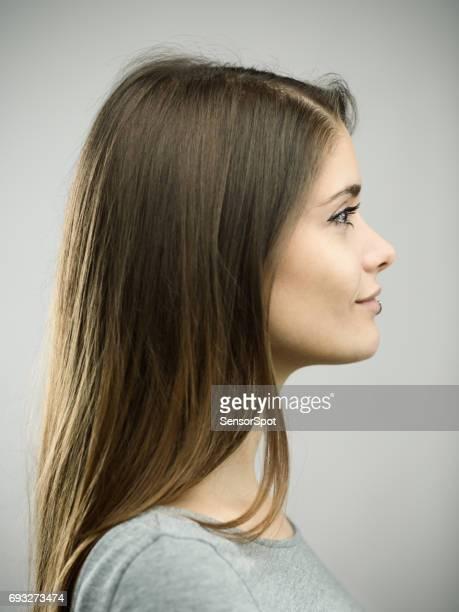 retrato de estudio de perfil de mujer joven real feliz - vista de costado fotografías e imágenes de stock