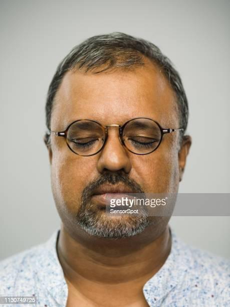 homme indien réel avec l'expression blanche et les yeux fermés - chubby arab photos et images de collection
