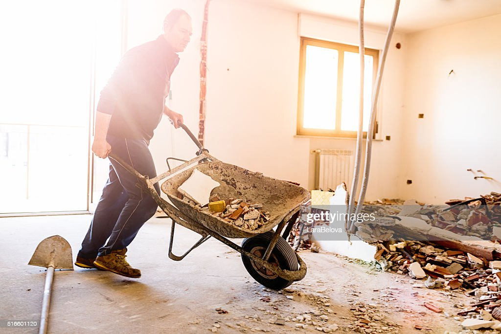 Echte italienische Arbeiter reparieren Wohnung : Stock-Foto