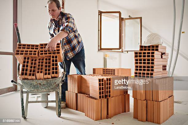 trabalhador de reparação apartamento italianos de verdade - tijolo material de construção - fotografias e filmes do acervo