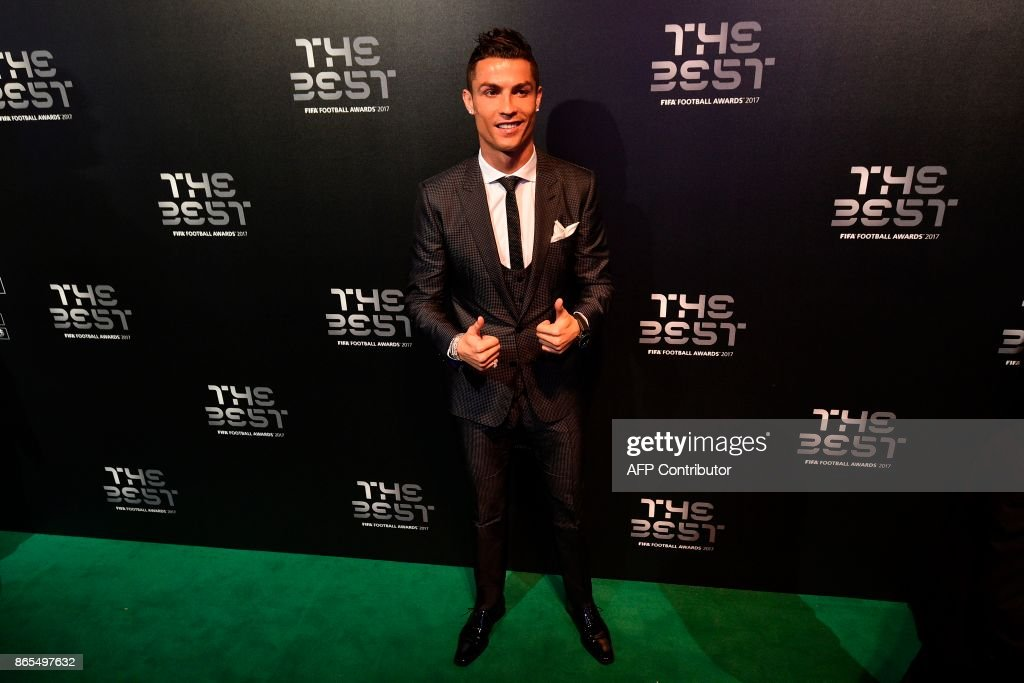 Real Madrid and Portugal forward Cristiano Ronaldo poses for a photograph as he arrives for The Best FIFA Football Awards ceremony, on October 23, 2017 in London. / AFP PHOTO / Glyn KIRK