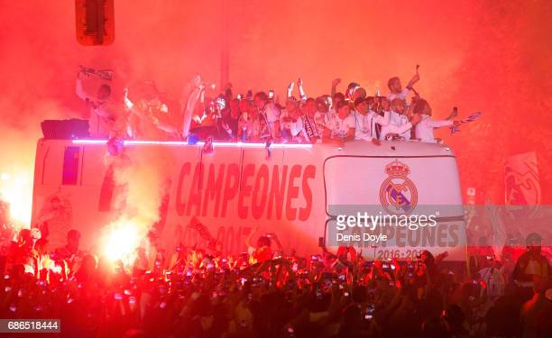 Real Madrid CF players arrive at Cibeles square after winning the La liga title on May 21 2017 in Madrid Spain Real earlier beat Malaga 20 in Malaga...