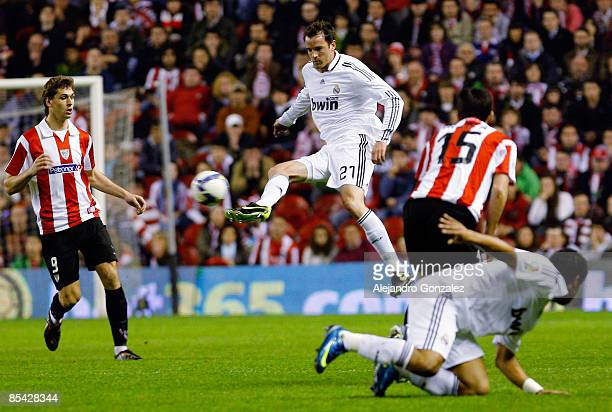 Real Madrid defender Cristoph Metzelder controls the ball in front of Fernando Llorente and Andoni Iraola of Athletic Bilbao during the Liga match...