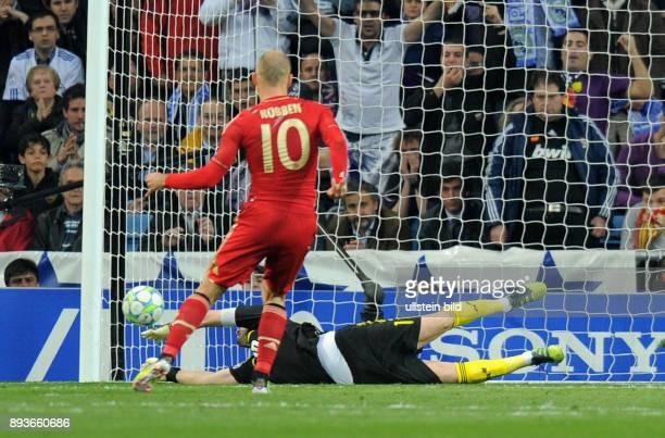 FUSSBALL CHAMPIONS Real Madrid FC Bayern Muenchen 1 von Arjen Robben gegen Iker Casillas