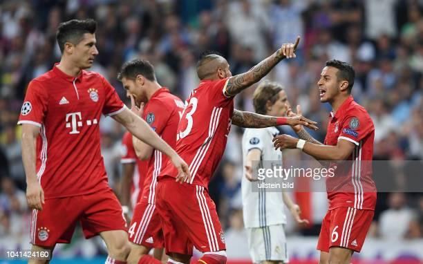 Real Madrid FC Bayern Muenchen Thiago Alcantara Arturo Vidal und Robert Lewandowski