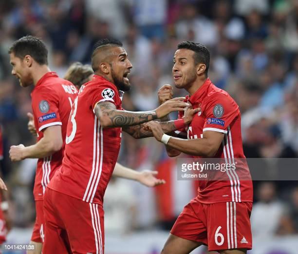 Real Madrid FC Bayern Muenchen Thiago Alcantara und Arturo Vidal