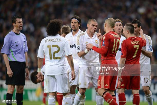 FUSSBALL CHAMPIONS Real Madrid FC Bayern Muenchen Marcelo Sami Khedira Pepe Arjen Robben Franck Ribery und Alvaro Arbeloa diskutieren unter der...