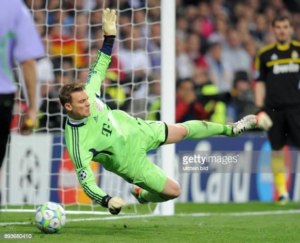 FUSSBALL CHAMPIONS Real Madrid FC Bayern Muenchen Torwart Manuel Neuer haellt den Elfmeter gegen Cristiano Ronaldo