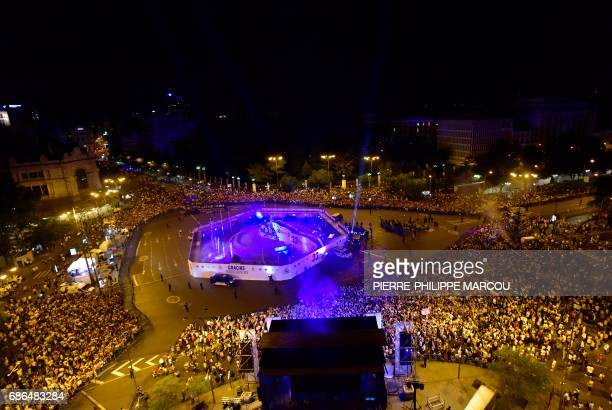 Real Madrid football team fans celebrate the team's win on Plaza Cibeles in Madrid on May 22 2017 after the Spanish league football match Malaga CF...
