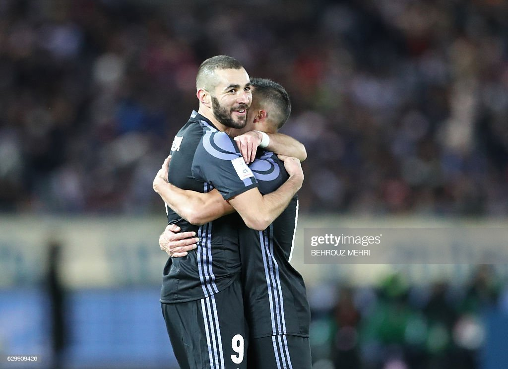 Real Madrid forward Karim Benzema hugs his teammate after scoring a last minute goal in the first half of the Club World Cup semi-final football match between Club America of Mexico and Real Madrid of Spain at Yokohama International stadium in Yokohama on December 15, 2016. / AFP / Behrouz MEHRI