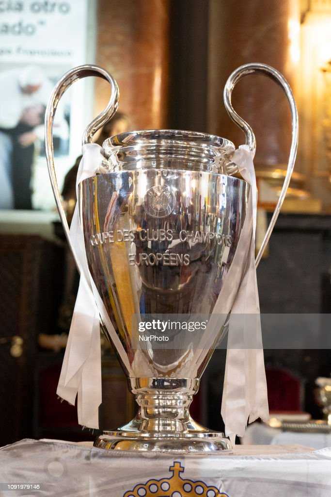 Real Madrid Offers Champions League Trophy At The Church Of San Antón : ニュース写真