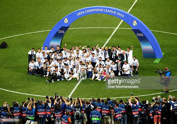 Real Madrid players pose with the Champions League trophy after the UEFA Champions League Final match between Real Madrid and Club Atletico de Madrid...