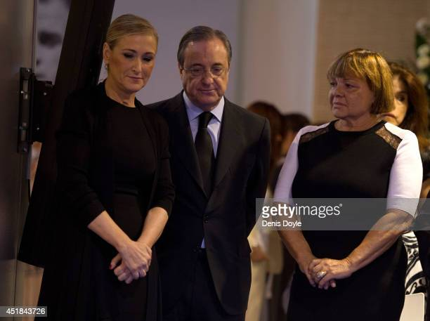 Real Madrid president Florentino Perez and Cristina Cifuentes attend the wake for former Real Madrid great Alfredo Di Stefano at the Santiago...