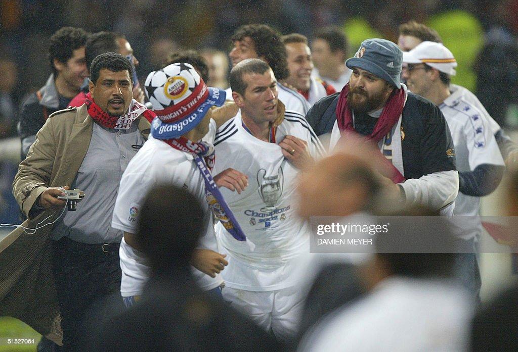 Real Madrid supporters suround Zinedine Zidane (C) : News Photo