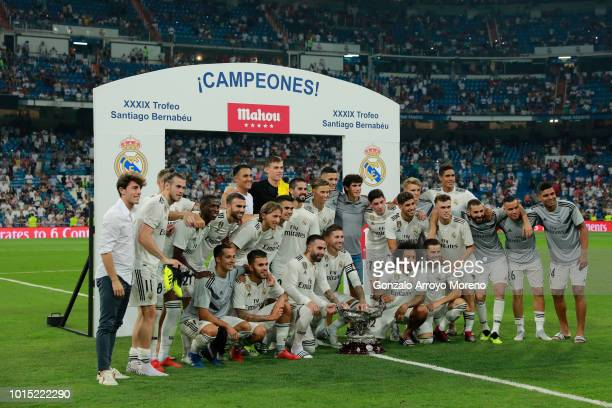 Real Madrid team poses with the Santiago Bernabéu Trophy after winning the friendly match between Real Madrid CF and AC Milan at Estadio Santiago...