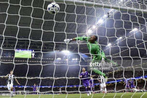 TOPSHOT Real Madrid's Costa Rican goalkeeper Keylor Navas fails to stop a goal from Juventus' Croatian striker Mario Mandzukic during the UEFA...