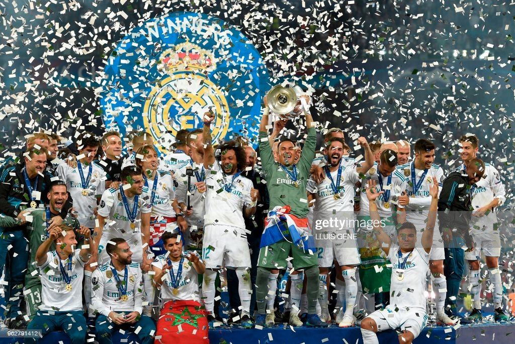 TOPSHOT - Real Madrid's Costa Rican goalkeeper Keylor Navas holds the trophy after winning the UEFA Champions League final football match between Liverpool and Real Madrid at the Olympic Stadium in Kiev, Ukraine on May 26, 2018. - Real Madrid defeated Liverpool 3-1.
