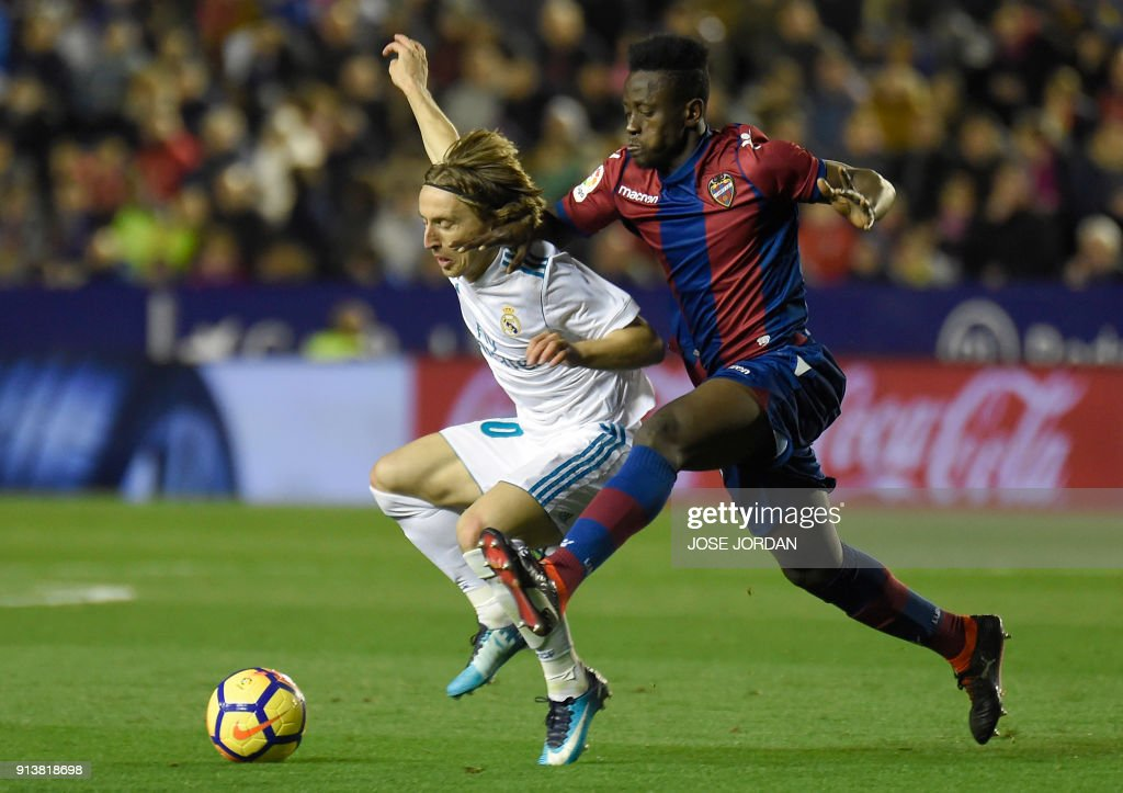 Real Madrid's Croatian midfielder Luka Modric (L) vies with Levante's Ghanaian forward Emmanuel Boateng during the Spanish league football match between Levante UD and Real Madrid CF at the Ciutat de Valencia stadium in Valencia on February 03, 2018. /