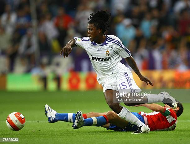 Real Madrid's Drenthe vies with Atletico de Madrid's Maxi Rodriguez during a Spanish league football match at Santiago Bernabeu stadium in Madrid, 25...