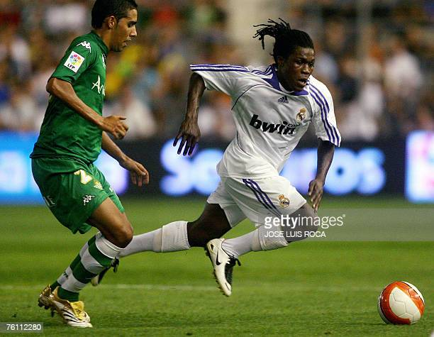 Real Madrid?s Drenthe vies with Betis? Juande during a semifinal match of the Carranza trophy at Ramon de Carranza Stadium in Cadiz, 15 August 2007....
