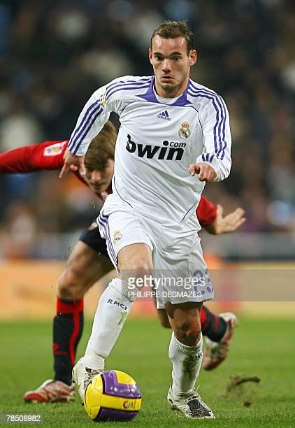 Real Madrid's Dutch Wesley Sneijder runs with the ball during the Liga football match Real Madrid vs Osasuna at the Santiago Bernabeu stadium 16...