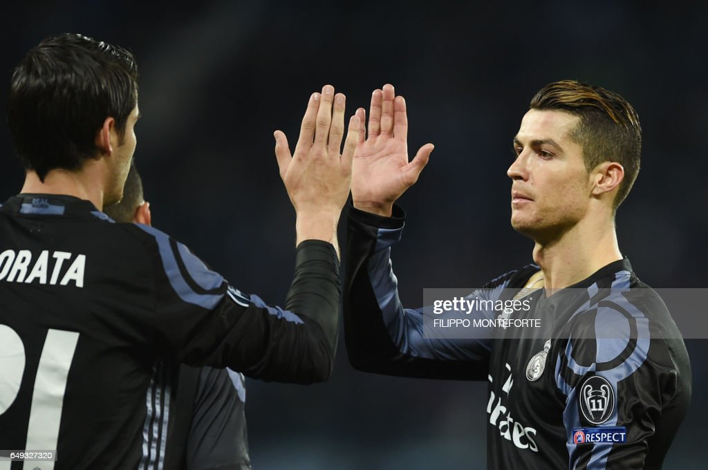 Real Madrid's forward Alvaro Morata (L) celebrates with Real Madrid's Portuguese forward Cristiano Ronaldo after scoring at the end of the UEFA Champions League football match SSC Napoli vs Real Madrid on March 7, 2017 at the San Paolo stadium in Naples. Real Madrid won 1-3. / AFP PHOTO / Filippo MONTEFORTE
