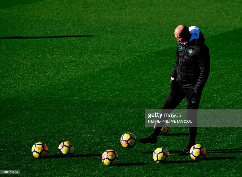 Real Madrid's French coach Zinedine Zidane attends a training session at Valdebebas sport city in Madrid on January 12, 2018 on the eve of a Spanish Liga football match against Villarreal. /