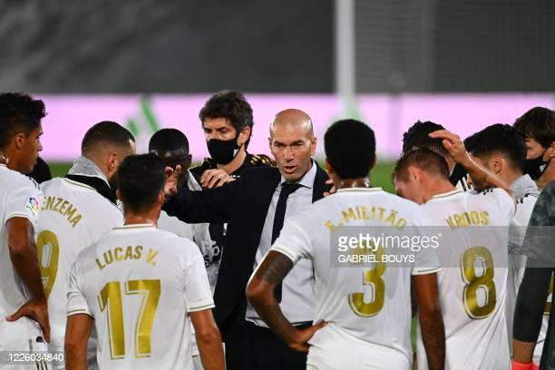 Real Madrid's French coach Zinedine Zidane speaks to players during the Spanish League football match between Real Madrid and Alaves at the Alfredo...