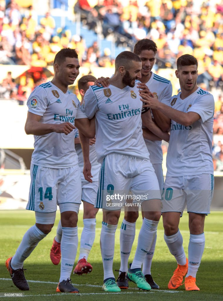 Real Madrid's French forward Karim Benzema (C) celebrates a goal with teammates during the Spanish League football match between UD Las Palmas and Real Madrid CF at the Gran Canaria stadium in Las Palmas on March 31, 2018. /