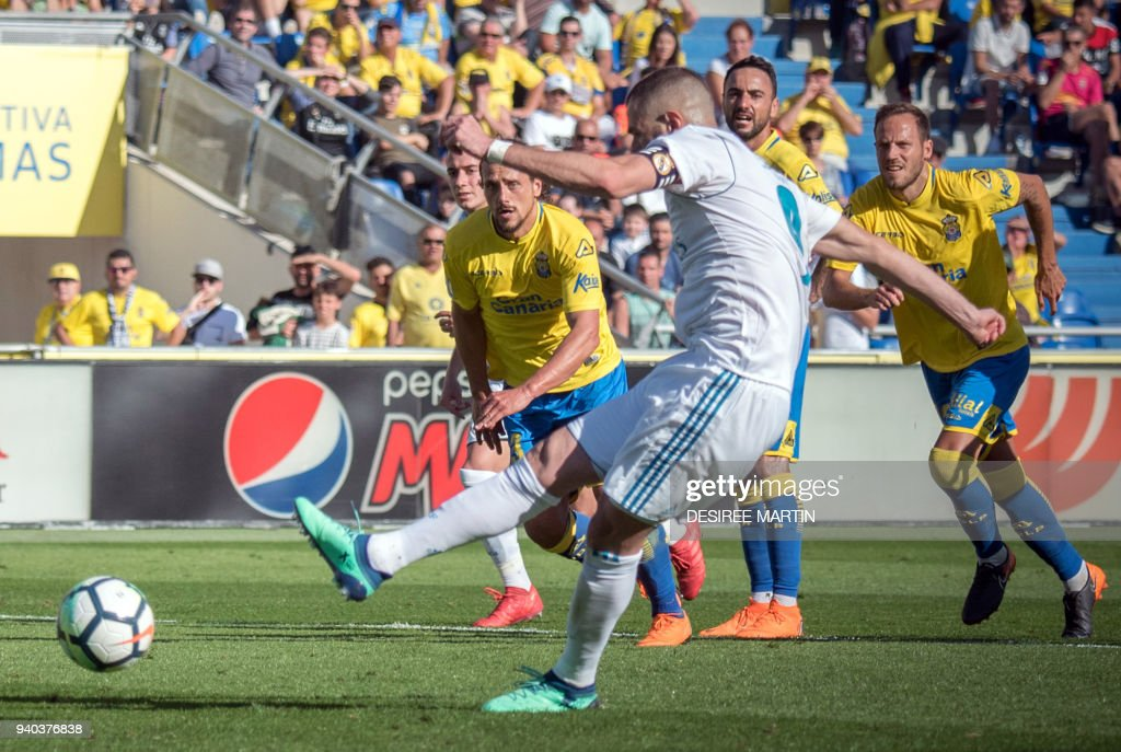 Real Madrid's French forward Karim Benzema shoots to score a goal during the Spanish League football match between UD Las Palmas and Real Madrid CF at the Gran Canaria stadium in Las Palmas on March 31, 2018. /