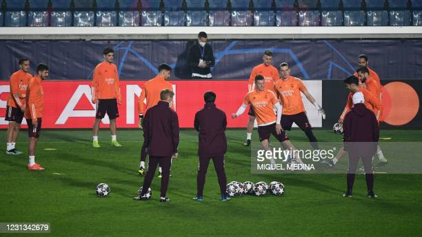 Real Madrid's German midfielder Toni Kroos , Real Madrid's Ukrainian goalkeeper Andriy Lunin and teammates take part in a training session on...