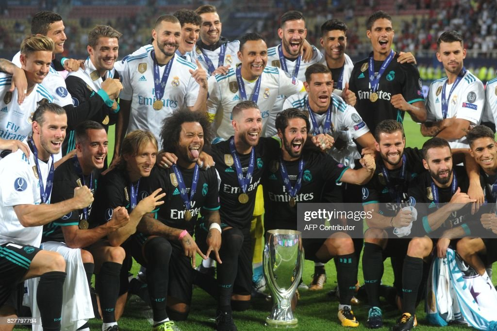 Real Madrid's players celebrate with the trophy after winning the UEFA Super Cup football match between Real Madrid and Manchester United on August 8, 2017, at the Philip II Arena in Skopje. / AFP PHOTO / Robert ATANASOVSKI