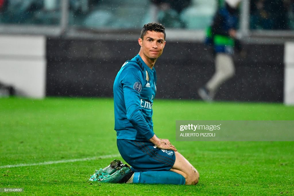 TOPSHOT - Real Madrid's Portuguese forward Cristiano Ronaldo reacts after missing a goal during the UEFA Champions League quarter-final first leg football match between Juventus and Real Madrid at the Allianz Stadium in Turin on April 3, 2018. / AFP PHOTO / Alberto PIZZOLI