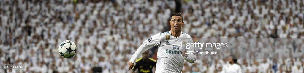 TOPSHOT - Real Madrid's Portuguese forward Cristiano Ronaldo runs with the ball during the UEFA Champions League group H football match Real Madrid CF vs Tottenham Hotspur FC at the Santiago Bernabeu stadium in Madrid on October 17, 2017. / AFP PHOTO / Gabriel BOUYS