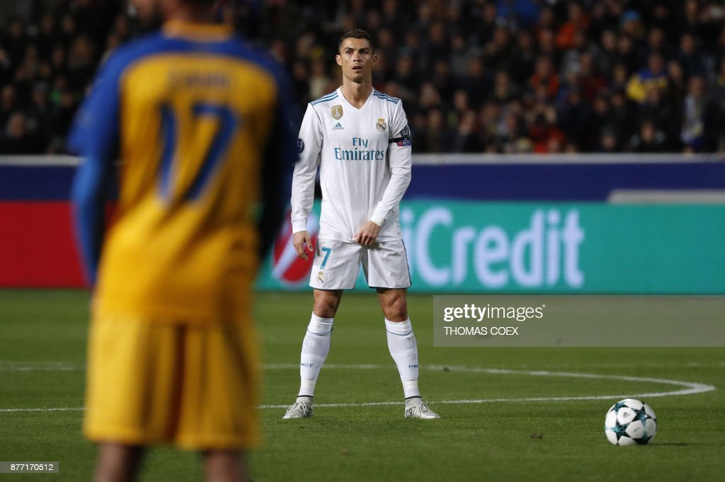 Real Madrid's Portuguese forward Cristiano Ronaldo stands before a free kick during the UEFA Champions League Group H match between Apoel FC and Real Madrid on November 21, 2017, in the Cypriot capital Nicosia's GSP Stadium. / AFP PHOTO / Thomas COEX