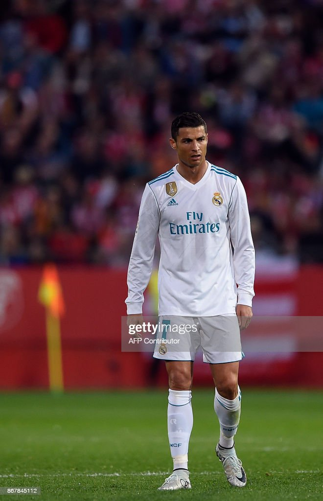 Real Madrid's Portuguese forward Cristiano Ronaldo walks on the field after Girona's goal during the Spanish league football match Girona FC vs Real Madrid CF at the Municipal de Montilivi stadium in Girona on October 29, 2017. / AFP PHOTO / Josep LAGO
