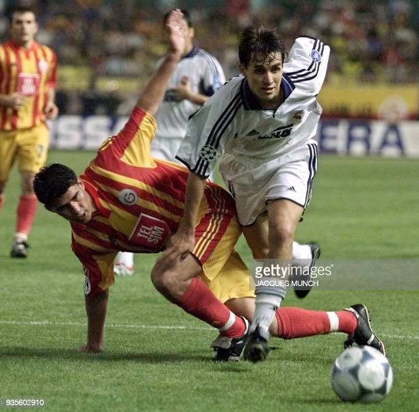 Real Madrid's Savio Bartolini fights for the ball with Galatasaray's Belozoglu Emre during the SuperCup final in Monaco 25 August 2000 // le joueur...