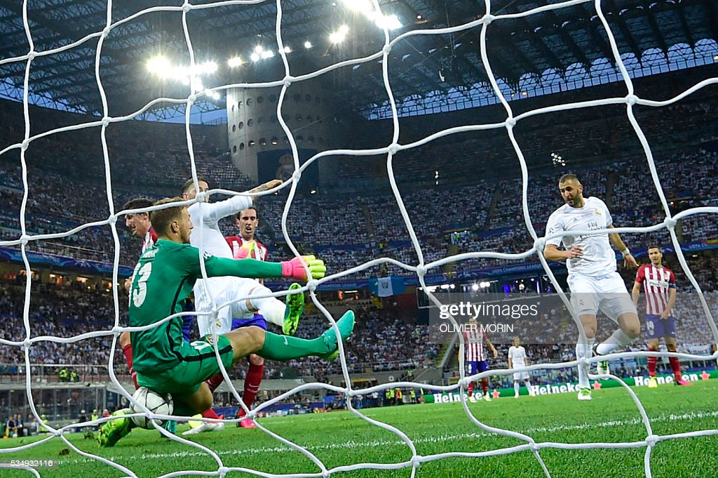 TOPSHOT - Real Madrid's Spanish defender Sergio Ramos (3rdL) scores the opening goal during the UEFA Champions League final football match between Real Madrid and Atletico Madrid at San Siro Stadium in Milan, on May 28, 2016. / AFP / OLIVIER