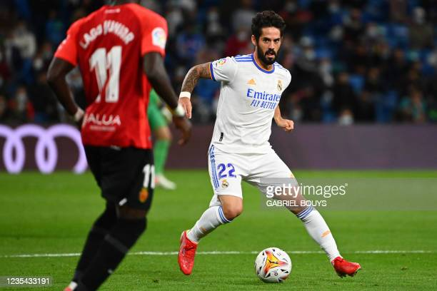 Real Madrid's Spanish midfielder Isco controls the ball during the Spanish League footbal match between Real Madrid CF and Real Mallorca at the...