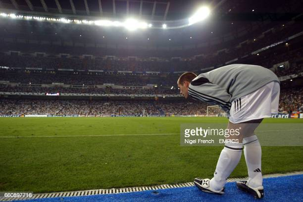 Real Madrid's substitute MIchael Owen warms up during the game