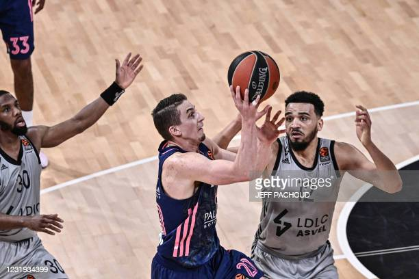 Real Madrid's US guard Jaycee Carroll challenges ASVEL Lyon-Villeurbanne's French center Amine Noua during the Euroleague basketball match between...