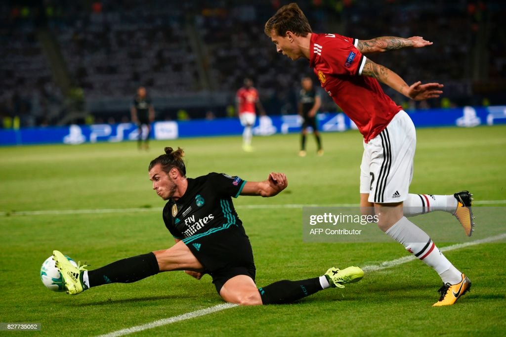 Real Madrid's Welsh forward Gareth Bale (L) controls the ball during the UEFA Super Cup football match between Real Madrid and Manchester United on August 8, 2017, at the Philip II Arena in Skopje. / AFP PHOTO / Nikolay DOYCHINOV