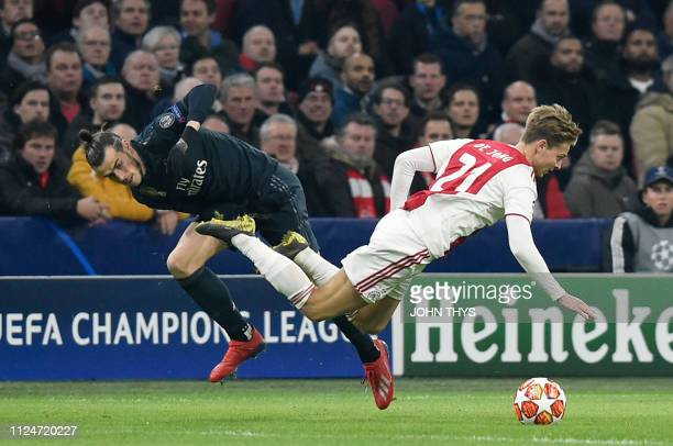 Real Madrid's Welsh forward Gareth Bale fights for the ball with Ajax's Dutch midfielder Frenkie de Jong during the UEFA Champions league round of 16...