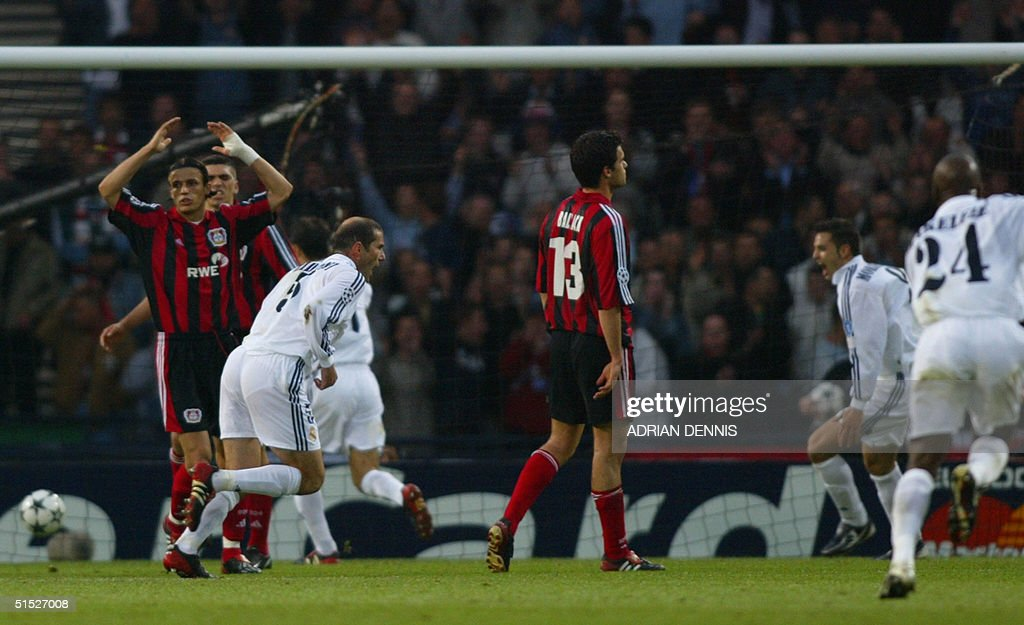 Real Madrid's Zinedine Zidane scores the second go : News Photo