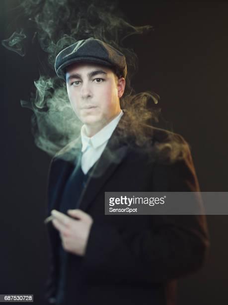 Richtiger Mann Rauchen in abgemagerter Scheuklappen Anzug