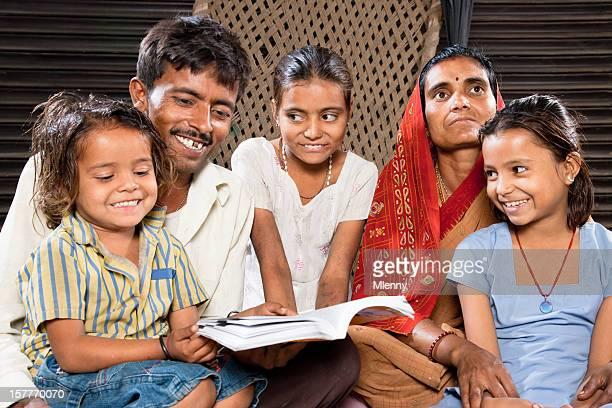 インドのリアルな人座る家族ご一緒に読んで