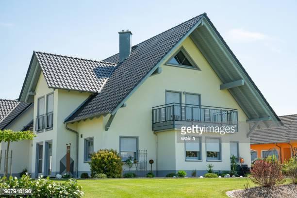 immobilien-haus mit garten - haus stock-fotos und bilder